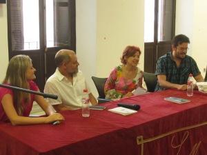"""Los alumnos de EscribE sorprenden a Pablo Aranda con un original ejercicio en torno a su novela """"Los soldados""""."""