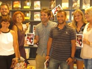 Los autores posan junto a su libro en la librería Luces de Málaga